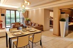 Modernes Wohnzimmer und Speiseraum Stockbilder