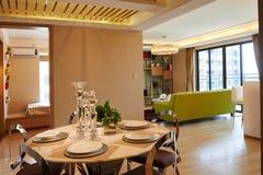 Modernes Wohnzimmer und Speiseraum Lizenzfreie Stockfotografie