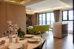 Modernes Wohnzimmer und Speiseraum Stockfoto