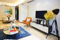 Modernes Wohnzimmer und Speiseraum Stockfotografie