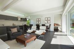 Modernes Wohnzimmer versorgt stockbild