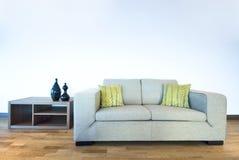 Modernes Wohnzimmerdetail mit zeitgenössischem Sofa stockfotos