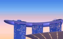 Modernes Wolkenkratzergebäude in den Jachthafenbuchtsanden, in der abstrakten Architektur und in den blauen Stundennachtskylinen  stockbild