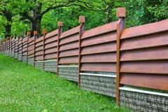 Modernes Zaun-Made From Metal-Abstellgleis mögen als Naturholz lizenzfreie stockbilder