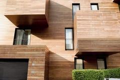 Modernes zeitgenössisches Holz versah Gebäude mit Seiten Stockbild