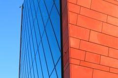 Modernes Ziegelstein- und Glasgebäude Stockfotos
