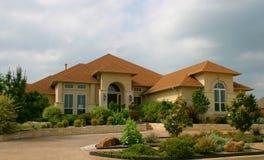 Modernes Ziegelstein-und Stuck-Haus stockbild
