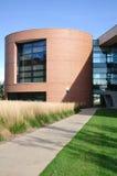 Modernes zylinderförmiges Büro-oder Hochschulgebäude Stockfotografie