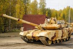 Moderniserad behållare T-72 i rörelse Ryssland Fotografering för Bildbyråer