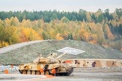 Moderniserad behållare T-90S i handling Arkivfoto