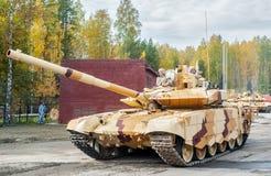 Modernisierter Behälter T-72 in der Bewegung Russland lizenzfreie stockbilder