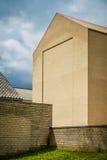 Modernisme jaune - façade unornamented géante de brique Image stock