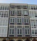 Modernist voorgeveldetails onder witte houten galerijen La Coruna, Spanje royalty-vrije stock fotografie