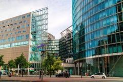 Modernistic byggnader av IMAX och kaninskinnet centrerar i Berlin Royaltyfri Bild
