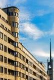Modernistic stor byggnad Arkivfoto