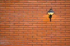 Modernlamp sur le mur de briques image libre de droits
