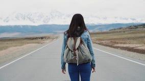 Moderno adolescente da moça que está na estrada Com uma trouxa no acampamento e em um revestimento dzhinsovy Contra filme