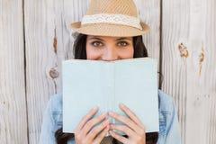 Moderno bonito que lê um livro fotografia de stock royalty free