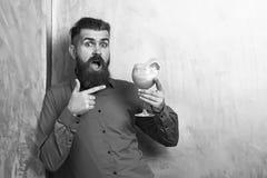 Moderno caucasiano brutal que guarda o cocktail fresco alcoólico tropical fotografia de stock royalty free