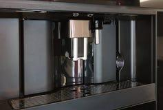 Moderno construido en máquina del café del café express Imágenes de archivo libres de regalías
