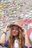 Moderno da moça na rua na frente de uma parede da casa Fotos de Stock