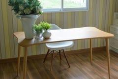 Moderno do escritório domiciliário da mesa Imagem de Stock Royalty Free