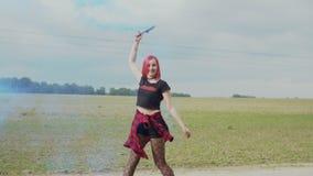 Moderno fêmea feliz com bomba de fumo fora video estoque