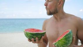 Moderno farpado considerável novo que come a melancia saboroso na praia Phangan, Tailândia HD slowmotion video estoque