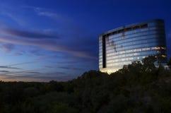 Moderno incontra i cieli del Texas immagini stock libere da diritti