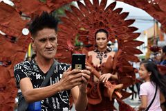 Moderno masculino fresco que toma o selfie do smartphone com o dançarino alegre bonito da rua imagens de stock royalty free
