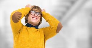 Moderno masculino frustrante que puxa o cabelo contra o fundo borrado fotografia de stock royalty free