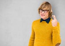 Moderno masculino nos dedos amarelos do cruzamento da camiseta sobre o fundo cinzento ilustração royalty free
