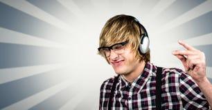 Moderno masculino que usa fones de ouvido sobre o fundo abstrato Foto de Stock Royalty Free