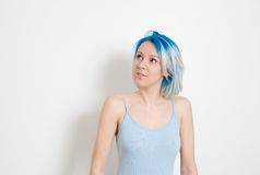 Moderno novo pensativo adolescente com cabelo azul imagem de stock