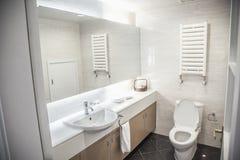 Moderno, pulito, bagno con la toilette e lavandino. Immagine Stock Libera da Diritti