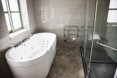Moderno, pulito, bagno con la vasca e doccia. Immagine Stock