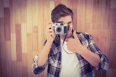 Moderno que mostra os polegares acima ao fotografar fotografia de stock