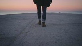 Moderno só, homem do marinheiro que anda para o mar no nascer do sol filme