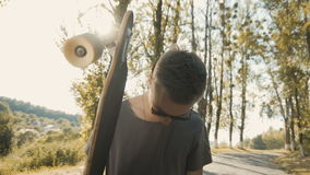 Moderno 'sexy' com Longboard video estoque
