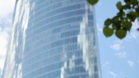 Moderno todo el rascacielos de cristal contra el cielo azul, ventanas de la oficina de negocios se centra almacen de metraje de vídeo