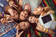 Modernos felizes que levantam para o selfie imagens de stock