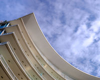 Moderns a courbé le bâtiment Image libre de droits