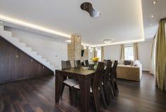 Modernt äta middag område mellan vardagsrummet och köket Royaltyfria Bilder