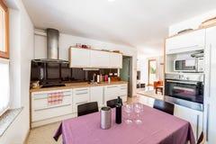 Modernt öppet utrymmekök med sikt av vardagsrum royaltyfri fotografi