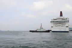 modernt affärsområde och kryssningskepp, Hong Kong askfat Royaltyfri Fotografi