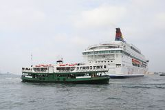 modernt affärsområde och kryssningskepp, Hong Kong askfat Royaltyfri Foto