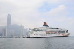 modernt affärsområde och kryssningskepp, Hong Kong askfat Arkivfoto