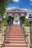 Modernt amerikanskt hus med långa raden av rödaktig trappa framme royaltyfria bilder