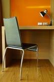 Modernt arbetestol & skrivbord Arkivfoto