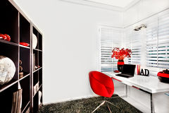 Modernt arbetsrum i ett lyxigt hus med en liten vit tabell arkivfoton
